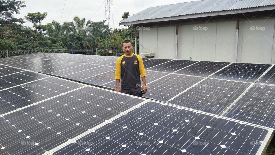ditengah tengah panel surya plts komunal desa talang aro kecamatan muara bulian kabupaten batanghari provinsi jambi