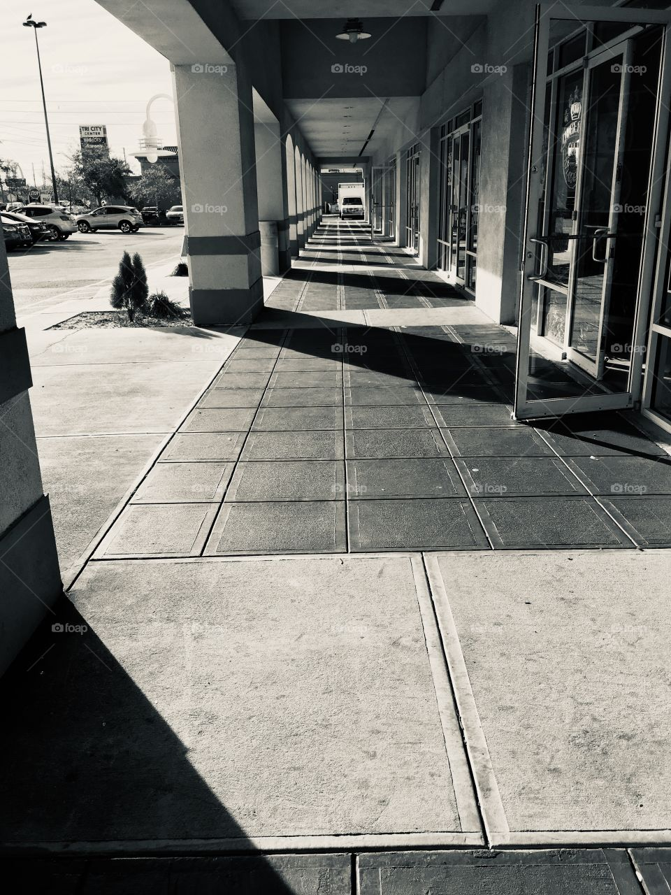 Walkway of lines and shadows in Florida in noir et blanc