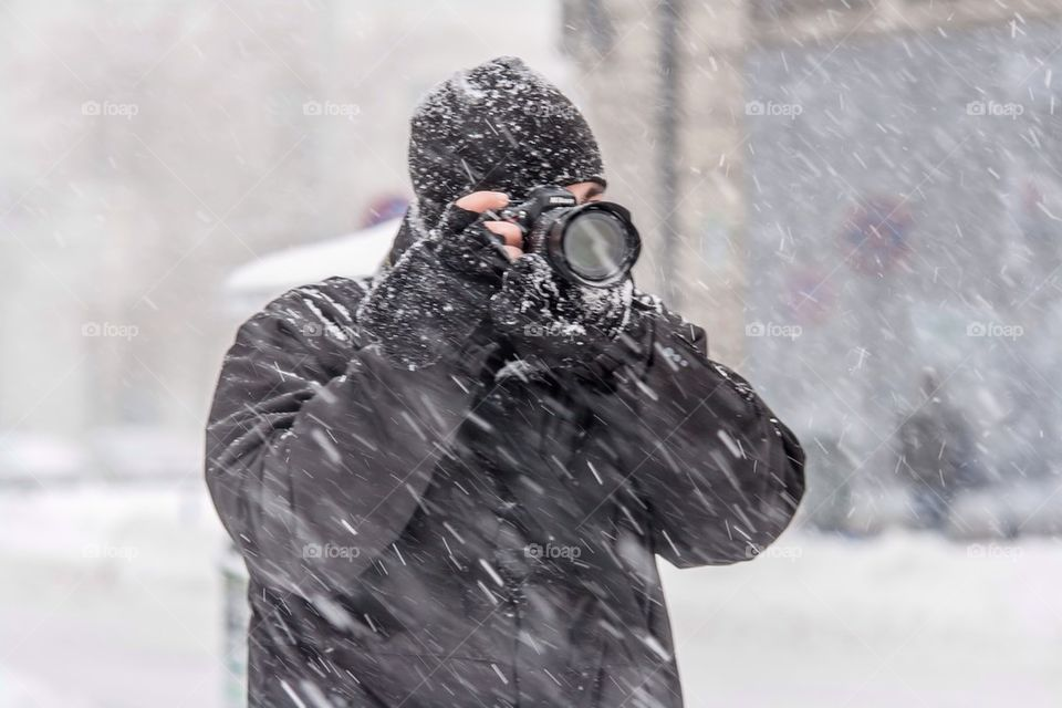 photographer during a snowing day