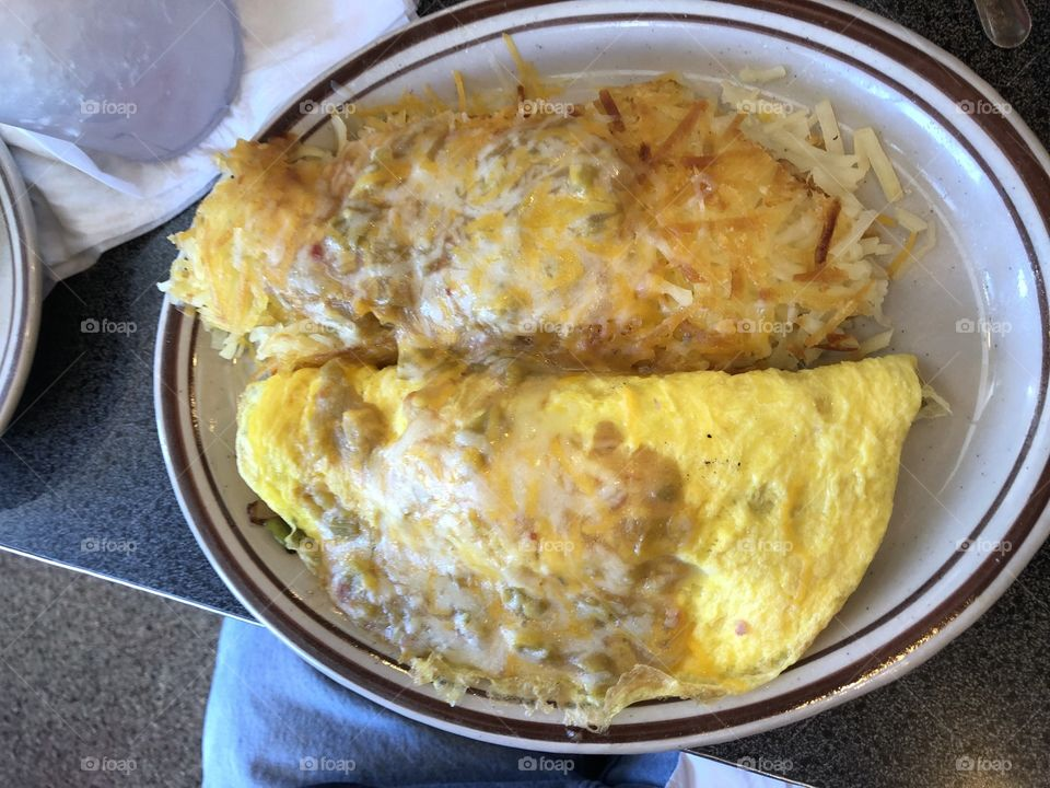 Delicious Omelet with Chile and hashbrowns