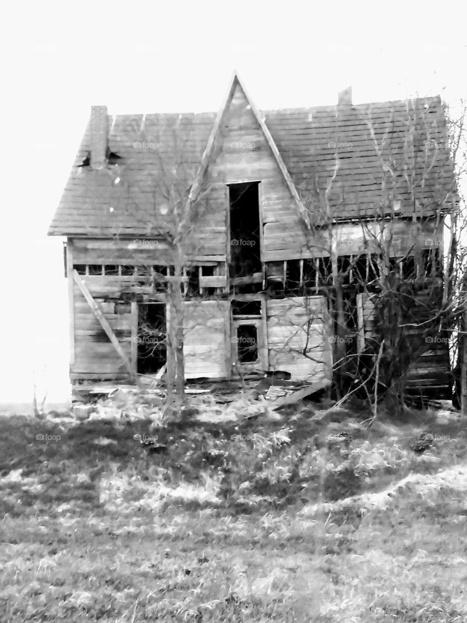Old abandoned farm house, in black and white