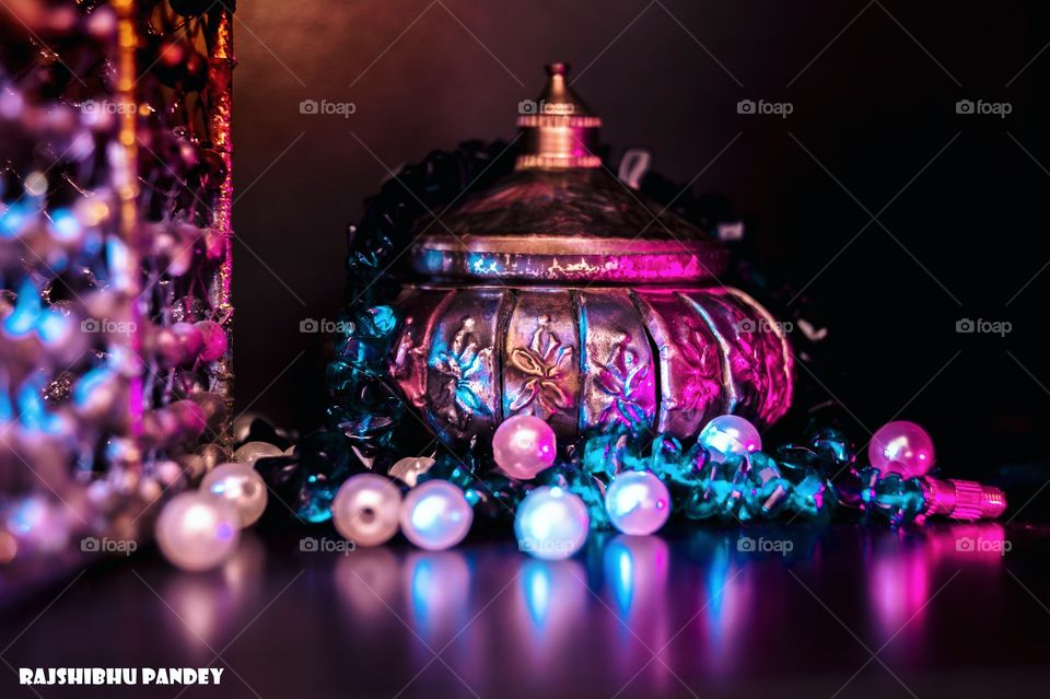 Vessel of gold ~ product photography ~  ____________________________________ Sony alpha 68 DT 18-55mm f/3.5-5.6 SAM II 27 March 2018, 1:06:03 PM 1.5 s at f/5.6  ISO - 100 Focal length - 40 mm