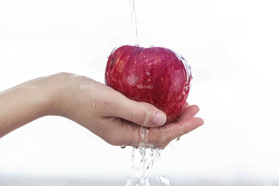 A person holding apple