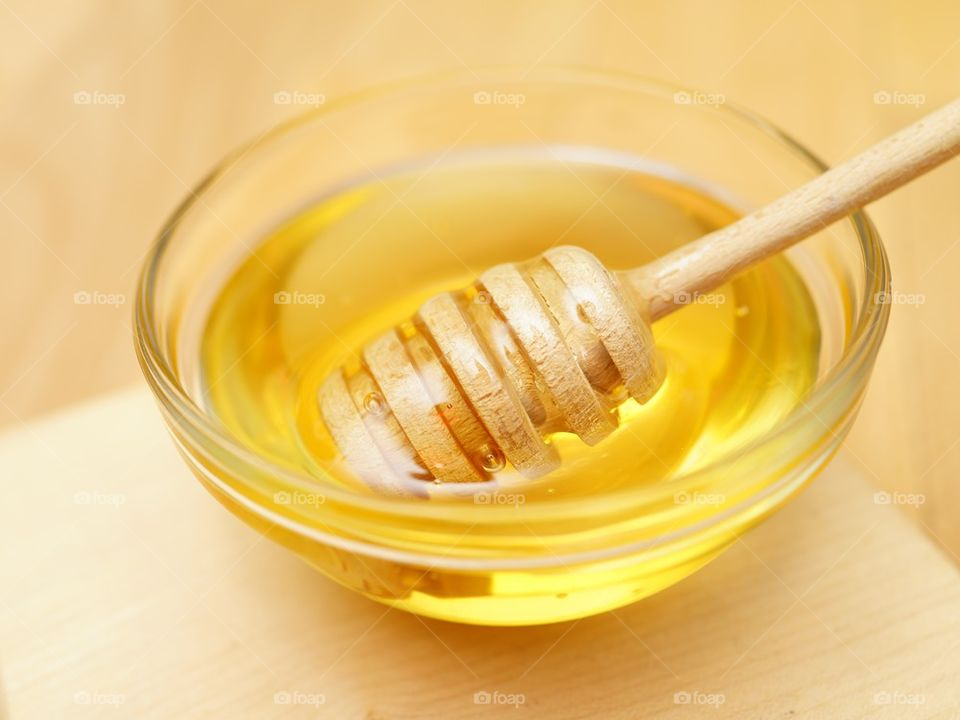 Honey drizzler with gold coloured honey