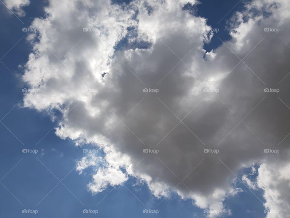 Uma nuvem linda e onde se esconde o sol.