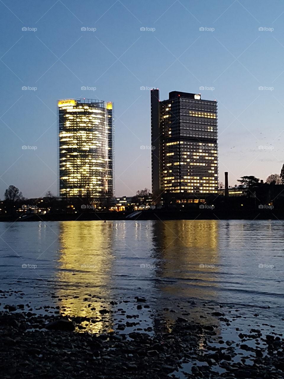 Post und Telekom  spiegeln im Rhein in Bonn
