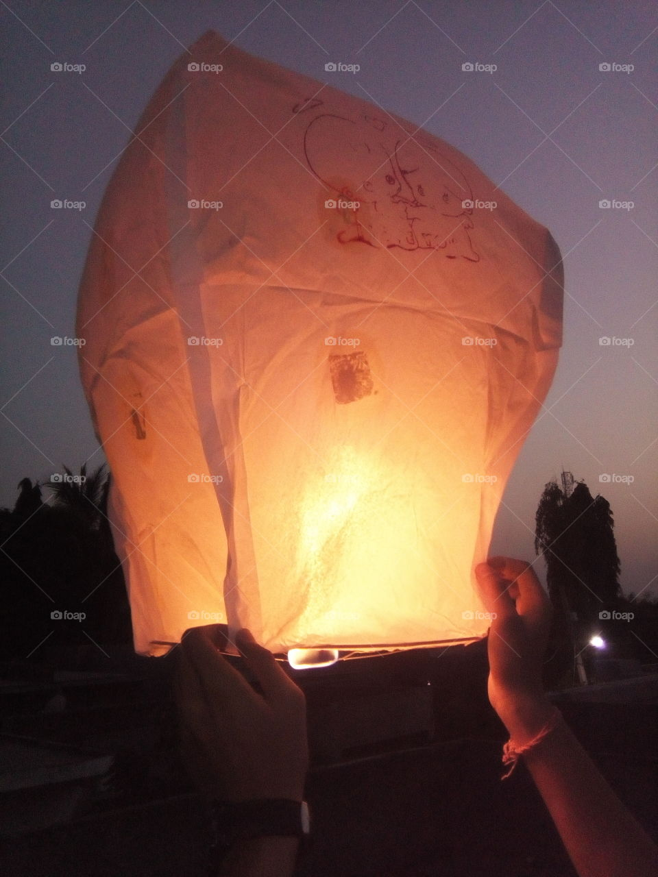 Ahot air balloonis alighter than airaircraft consisting of a bag, called an envelope, which contains heated air. Suspended beneath is agondolaorwicker basket(in some long-distance or high-altitude balloons, acapsule), which carries passengers and (usually) a source of heat, in most cases an open flame. The heated air inside the envelope makes itbuoyantsince it has alower densitythan the colder air outside the envelope. As with allaircraft, hot air balloons cannot fly beyond theatmosphere. Unlikegas balloons, the envelope does not have to be sealed at the bottom, since the air near the bottom of the envelope is at the same pressure as the surrounding air. In modern sport balloons the envelope is generally made fromnylonfabric and the inlet of the balloon (closest to the burner flame) is made from a fire resistant material such asNomex. Modern balloons have been made in all kinds of shapes, such as rocket ships and the shapes of various commercial products, though the traditional shape is used for most non-commercial, and many commercial, applications.  The hot air balloon is the first successful human-carryingflighttechnology. The first untethered manned hot air balloon flight was performed byJean-François Pilâtre de RozierandFrançois Laurent d'Arlandeson November 21, 1783, inParis,France,[1]in a balloon created by theMontgolfier brothers.[2]The first hot-air balloon flown in the Americas was launched from theWalnut Street Jailin Philadelphia on January 9, 1793 by the French aeronautJean Pierre Blanchard.[3]Hot air balloons that can be propelled through the air rather than simply drifting with thewindare known asthermal airships. Ahot air balloonis alighter than airaircraft consisting of a bag, called an envelope, which contains heated air. Suspended beneath is agondolaorwicker basket(in some long-distance or high-altitude balloons, acapsule), which carries passengers and (usually) a source of heat, in most cases an open