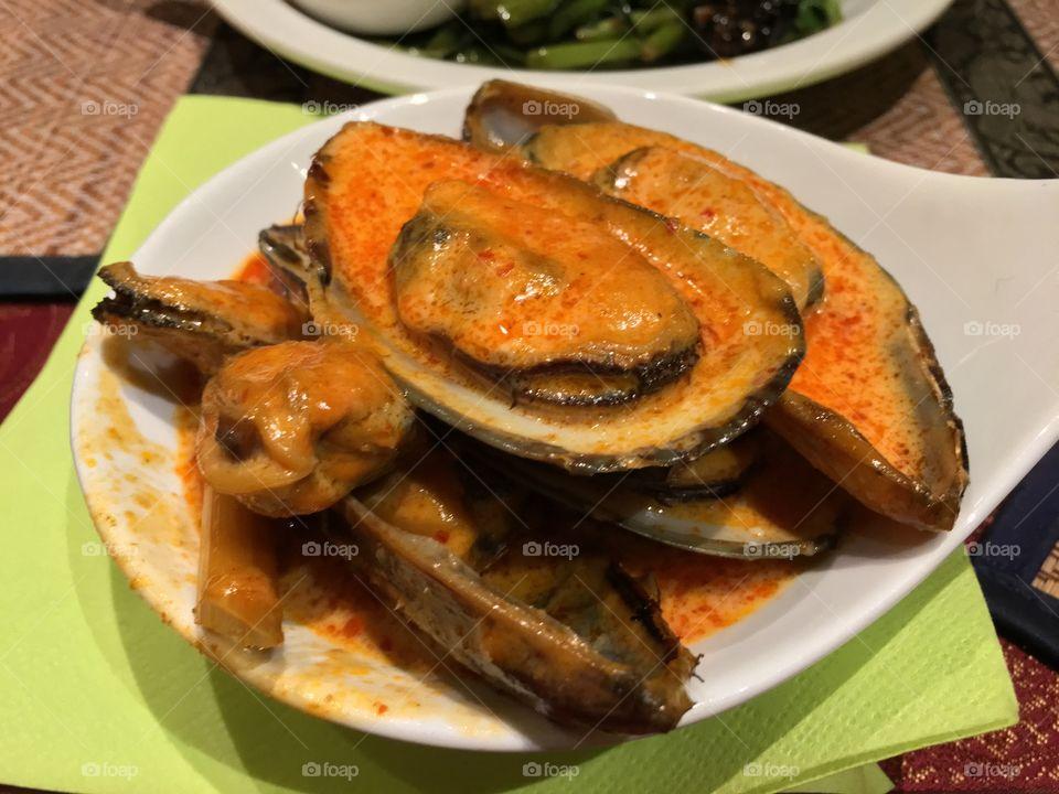 Muschel with sauce